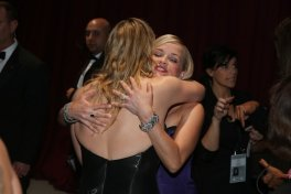 L'abbraccio dietro le quinte tra Kate Winslet e Reese Witherspoon