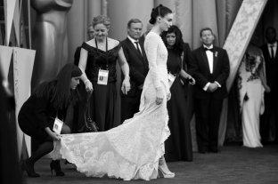 Le assistenti sistemano l'abito di Rooney Mara prima che entri