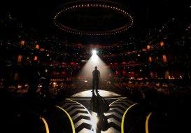 Un tecnico prova le luci del palco