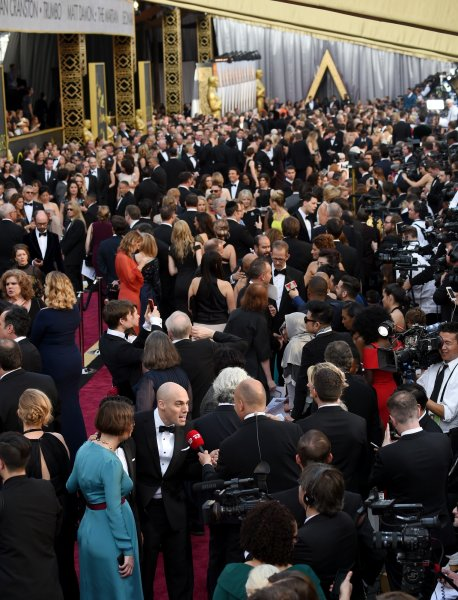 La folla fuori dal teatro