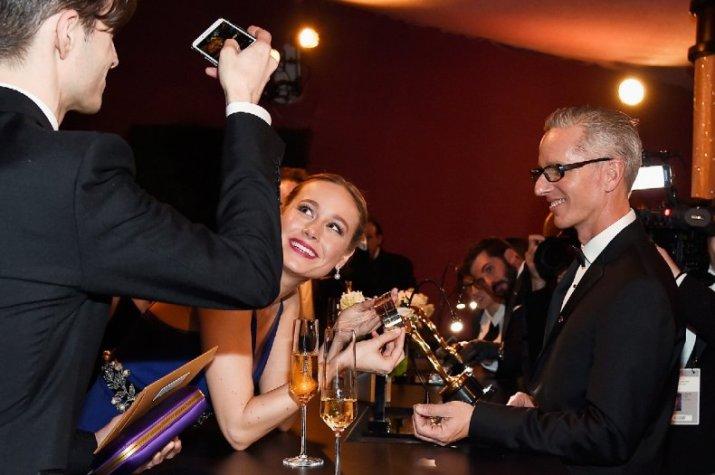 Brie Larson scherza al bar del Dolby Theatre scattando selfie con l'Oscar appena ricevuto